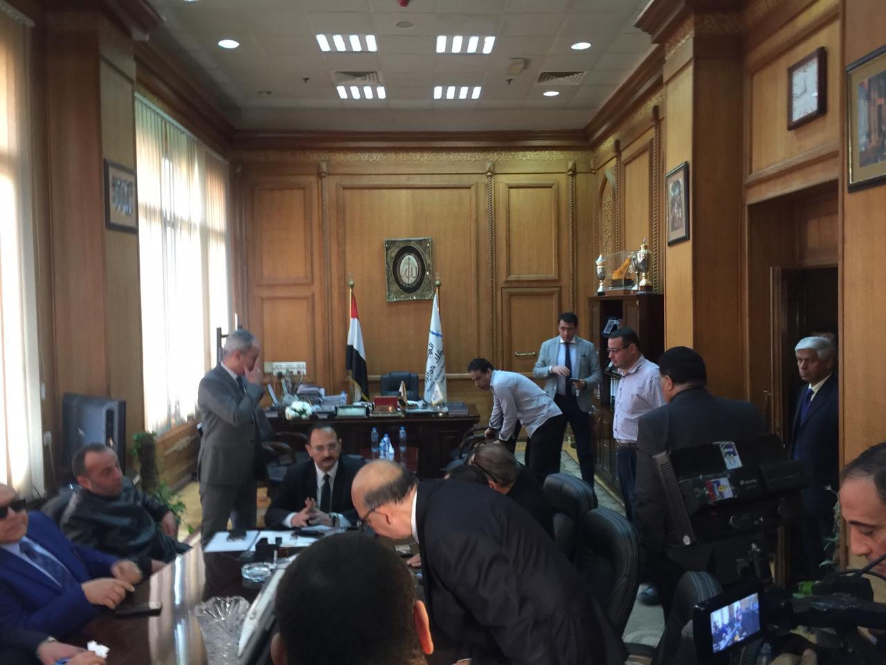 اجتماع مغلق لوفد البرلمان مع رئيس هيئة السكك الحديدية (3)