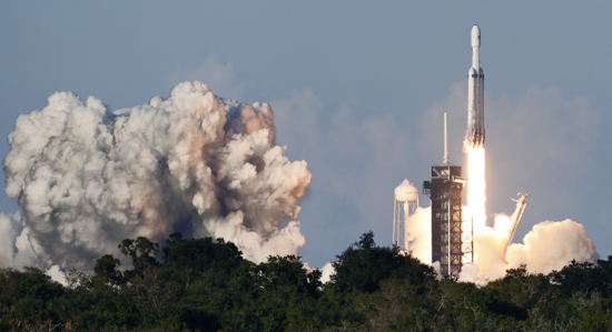 لحظة إطلاق أقوى صاروخ للفضاء (12)