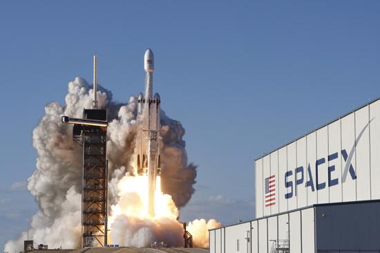 لحظة إطلاق أقوى صاروخ للفضاء (13)