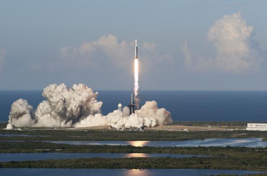 لحظة إطلاق أقوى صاروخ للفضاء (5)