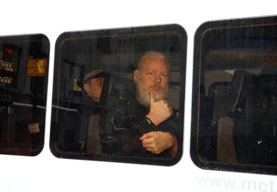 اعتقال جوليان أسانج من داخل سفارة الإكوادور بلندن (9)