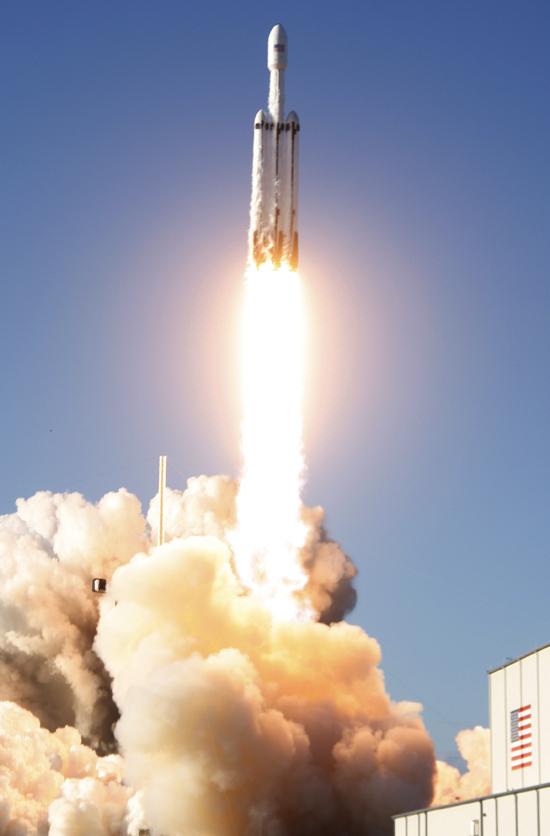 لحظة إطلاق أقوى صاروخ للفضاء (8)