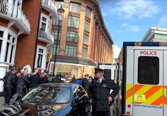 اعتقال جوليان أسانج من داخل سفارة الإكوادور بلندن (8)