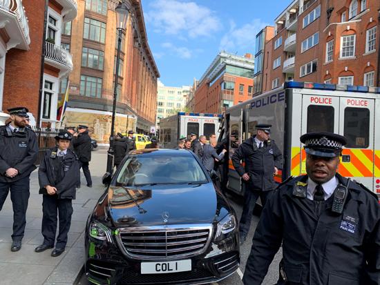 اعتقال جوليان أسانج من داخل سفارة الإكوادور بلندن (11)