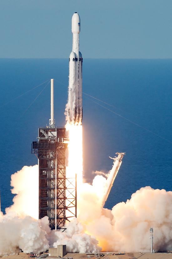 لحظة إطلاق أقوى صاروخ للفضاء (1)