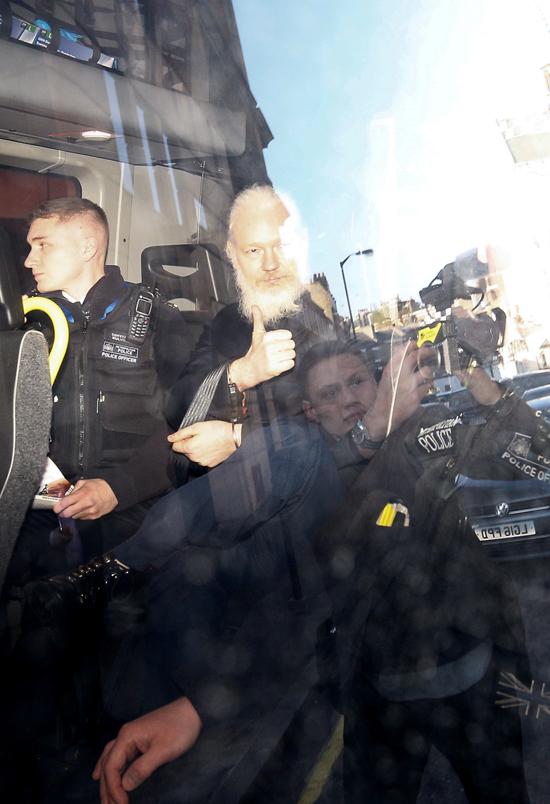 اعتقال جوليان أسانج من داخل سفارة الإكوادور بلندن (7)