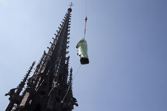 نقل نفائس كاتدرائية نوتردام بفرنسا إلى متحف اللوفر (7)