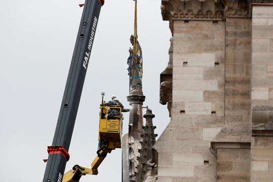نقل نفائس كاتدرائية نوتردام بفرنسا إلى متحف اللوفر (1)