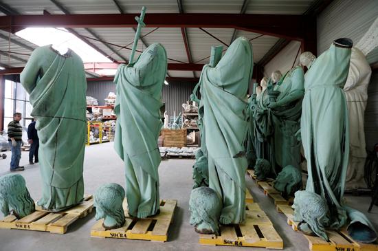 نقل نفائس كاتدرائية نوتردام بفرنسا إلى متحف اللوفر (6)