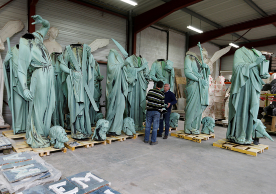 نقل نفائس كاتدرائية نوتردام بفرنسا إلى متحف اللوفر (8)