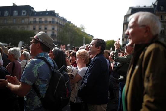 مسيرة حزينة فى قلب باريس بسبب حريق الكاتدرائية (11)