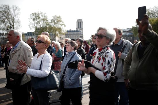 مسيرة حزينة فى قلب باريس بسبب حريق الكاتدرائية (8)