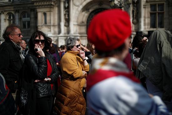 مسيرة حزينة فى قلب باريس بسبب حريق الكاتدرائية (9)