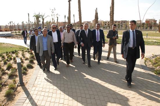 وزير الإسكان بجولة بحديقة الشيخ زايد (2)
