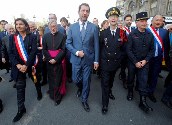 مسيرة حزينة فى قلب باريس بسبب حريق الكاتدرائية (2)