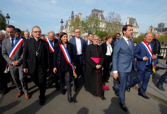 مسيرة حزينة فى قلب باريس بسبب حريق الكاتدرائية (4)