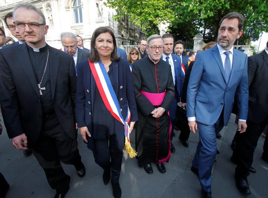 مسيرة حزينة فى قلب باريس بسبب حريق الكاتدرائية (13)