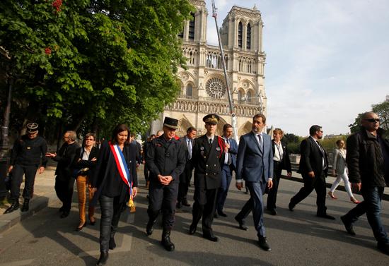 مسيرة حزينة فى قلب باريس بسبب حريق الكاتدرائية (12)