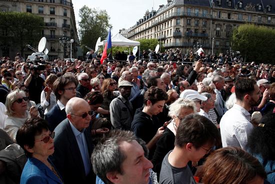 مسيرة حزينة فى قلب باريس بسبب حريق الكاتدرائية (7)