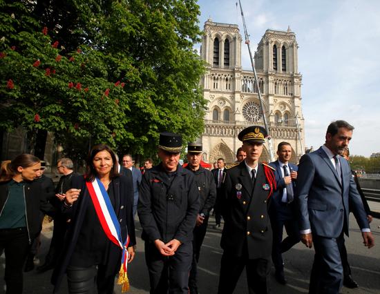 مسيرة حزينة فى قلب باريس بسبب حريق الكاتدرائية (6)