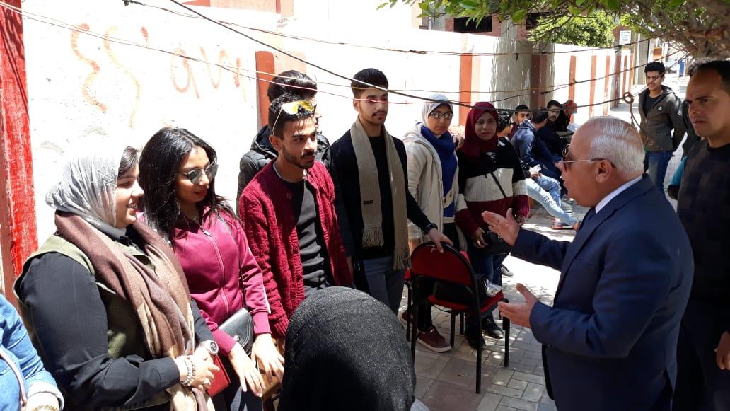 محافظ  بورسعيد  يتفقد عدد من  لجان الاستفتاء على التعديلات الدستورية وسط إقبال كبير من المواطنين (9)