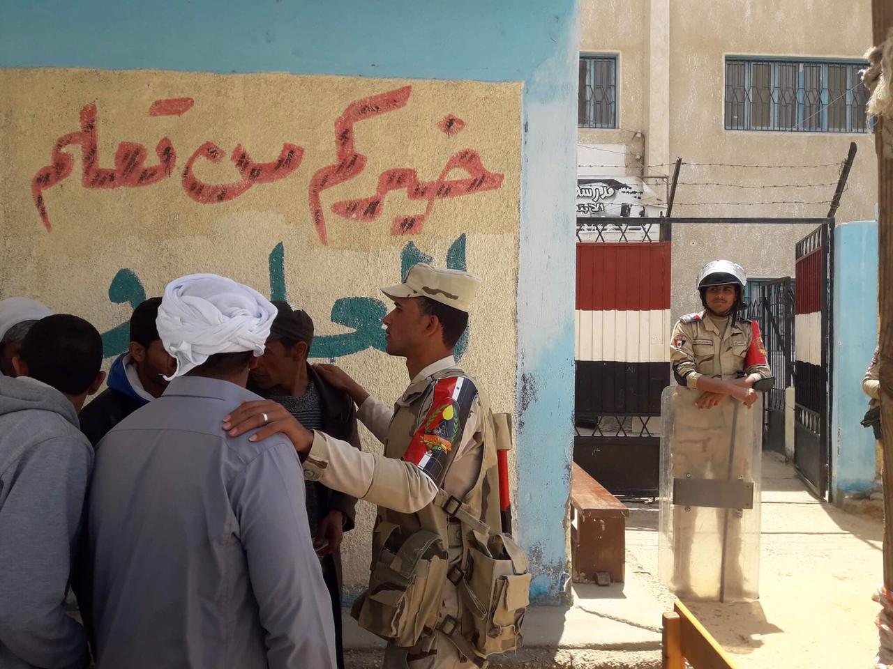 أهالى شمال سيناء المقيمين فى الإسماعيلية يصطفون بكثافة ويشاركون فى الاستفتاء (7)