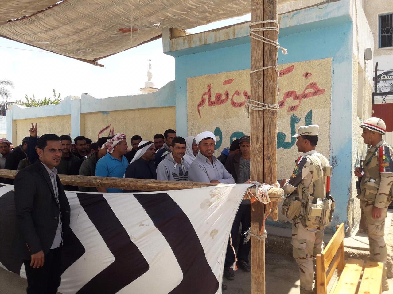 أهالى شمال سيناء المقيمين فى الإسماعيلية يصطفون بكثافة ويشاركون فى الاستفتاء (4)