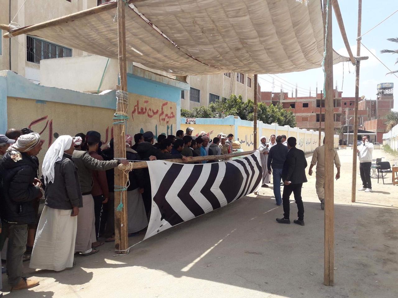 أهالى شمال سيناء المقيمين فى الإسماعيلية يصطفون بكثافة ويشاركون فى الاستفتاء (5)