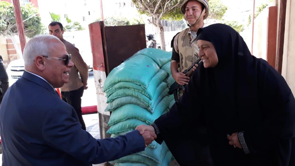 محافظ  بورسعيد  يتفقد عدد من  لجان الاستفتاء على التعديلات الدستورية وسط إقبال كبير من المواطنين (7)