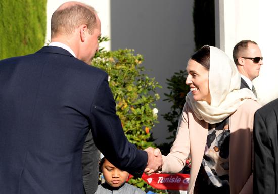 جاسيندا أرديرن رئيسة وزراء نيوزلندا تصافح الأمير البريطانى