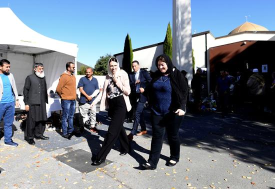 رئيسة وزراء نيوزلندا ترتدى الحجاب خلال زيارتها لمسجد النور