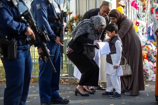 رئيسة وزراء نيوزلندا تصافح طفل