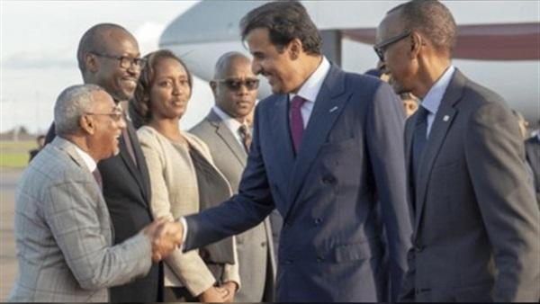 أمير قطر يصافح ولد الشافعي في رواندا
