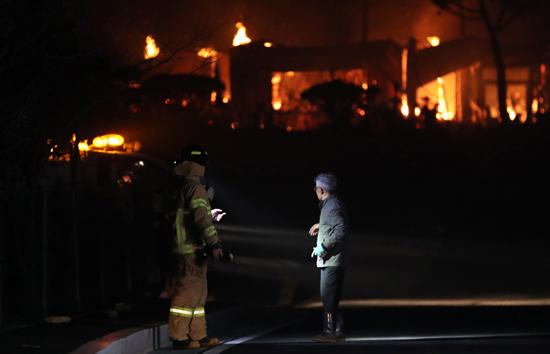 حريق هائل فى شمال كوريا الجنوبية (5)