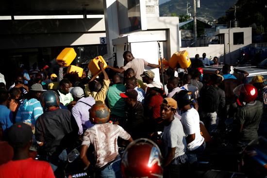 6815886-تفاقم-أزمة-الوقود-فى-هايتى--(2)