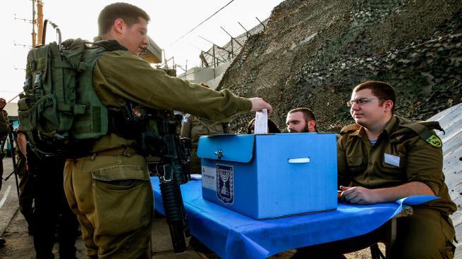 جنود يقترعون بالانتخابات الإسرائيلية