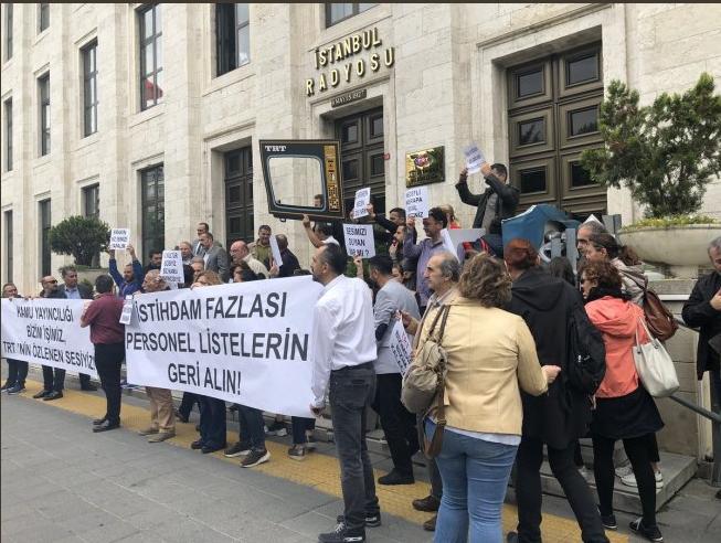 وقفة العاملين بالتلفزيون التركي إعتراضاً علي فصلهم