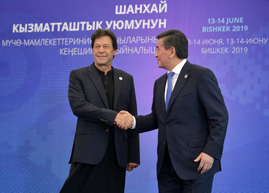 رئيس قيرغيزستان يستقبل رئيس وزراء باكستان