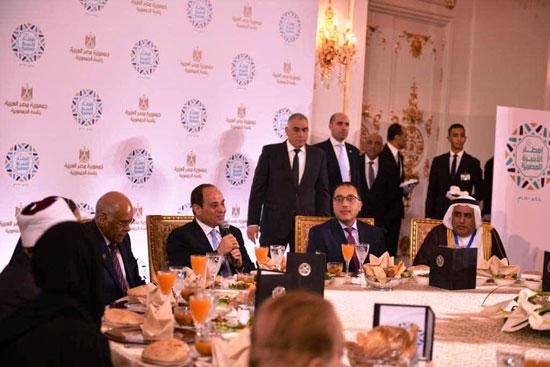 55915-الرئيس-يهنئ-المشاركين-فى-حفل-إفطار-الأسرة-المصرية-بالعيد-(5)