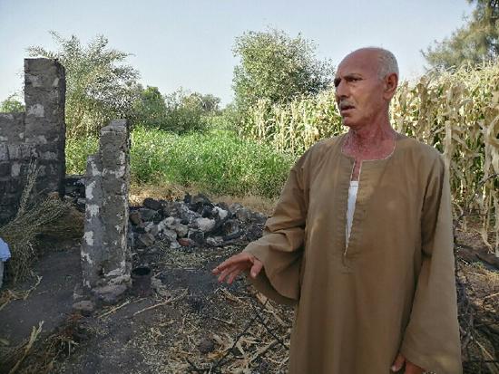 الحاج شحاته يشير إلى عشته المحترقة