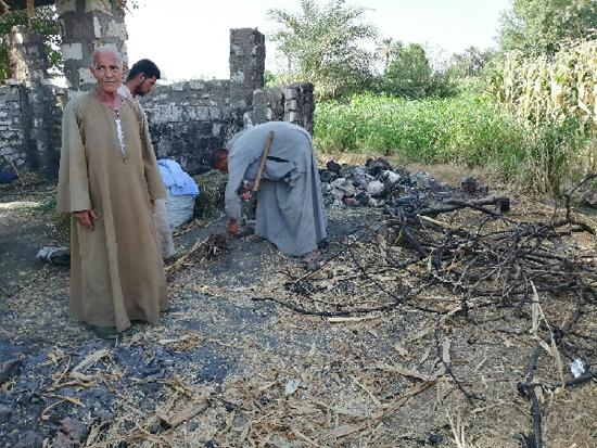 المزارعون بجوار اثار حريق عشة وتكعيبة عنب