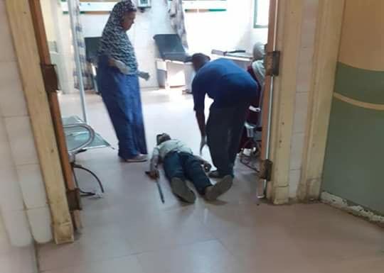 39716-عمال-بمستشفى-كفر-الزيات-يلقون-مريض-بالإيدز-خارج-المستشفى--(15)