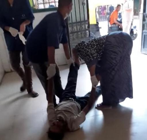 55287-عمال-بمستشفى-كفر-الزيات-يلقون-مريض-بالإيدز-خارج-المستشفى--(6)