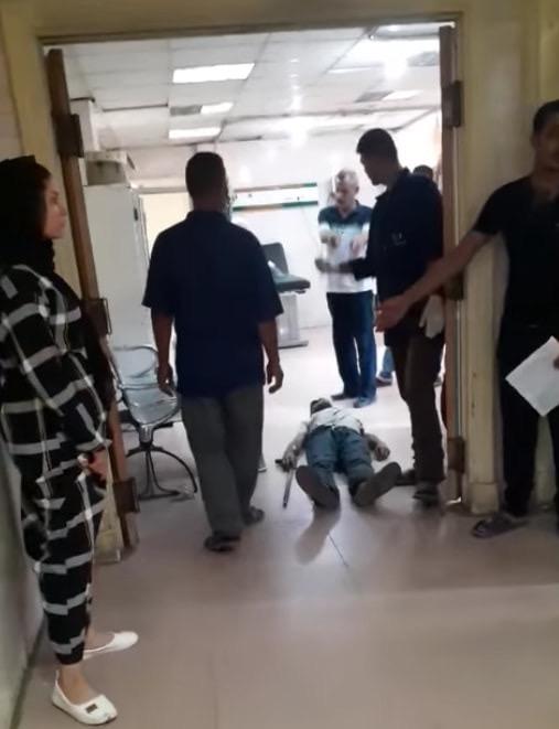 63772-عمال-بمستشفى-كفر-الزيات-يلقون-مريض-بالإيدز-خارج-المستشفى--(12)