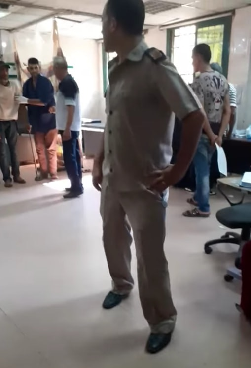 63887-عمال-بمستشفى-كفر-الزيات-يلقون-مريض-بالإيدز-خارج-المستشفى--(11)
