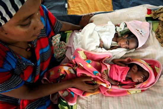 64809-امرأة-تهرب-بأطفالها-من-الحرب-في-إثيوبيا