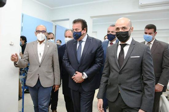 وزير-التعليم-العالي-وخالد-الطوخي-في-افتتاح-دار-عزل-مستشفى-سعاد-كفافى