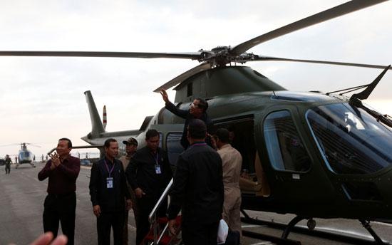 رئيس وزراء كمبوديا يصل إلى الميناء الذى رست عليه السفينة