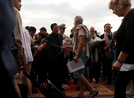 رئيس الوزراء الكمبودى حرص على استقبال ركاب السفينة