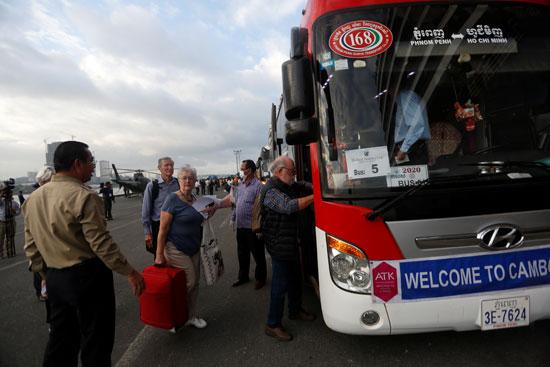 الركاب يتوافدون على الحافلات